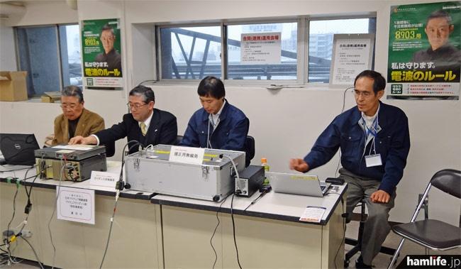 校内の一室にJARL関係者と東海総通の職員が集合。規正用無線局(右)とアマチュアガイダンス局(左)を並べて運用を行った