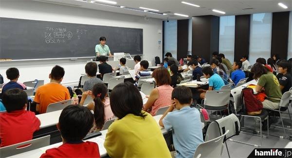 2013年8月に初めて開催された、JARDの「夏休みコース(中学生以下対象)」の養成課程講習会。これは講習会終了後のビギナーズセミナーを撮影したもの