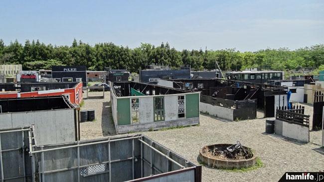 会場となったゲームフィールド「バトルシティー」。広大な敷地内に映画のオープンセットのような街並みが作られている