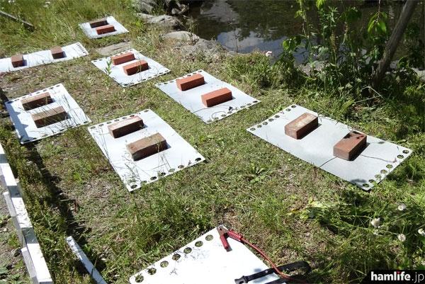 地面には多数の鉄板を敷きつめた
