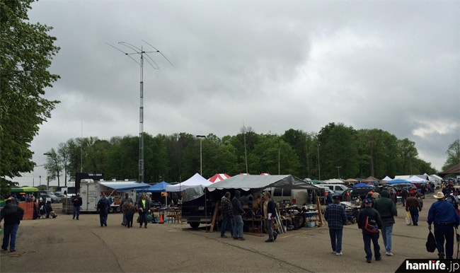 屋外ではフリーマーケットやアンテナの実動展示が行われた