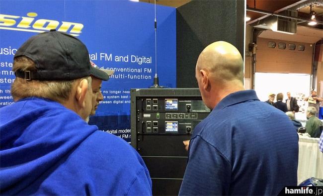 八重洲無線が発表したC4FM FDMAのデジタル通信用レピータ「DR-1」。同社はC4FM FDMAのデジタル無線機とその関連機器を「System Fusion」と名付けた