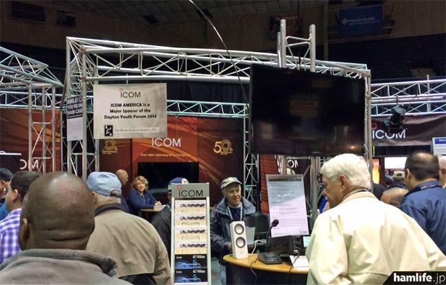 アマチュア無線機開発開始50周年を前面に打ち出したアイコムのブース。D-STARモービル機「ID-5100」の米国モデル「ID-5100A」を発表