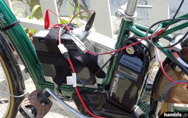 フレームの最下部に無線機に電源を供給するバッテリーを設置。低重心なので走行時も安定