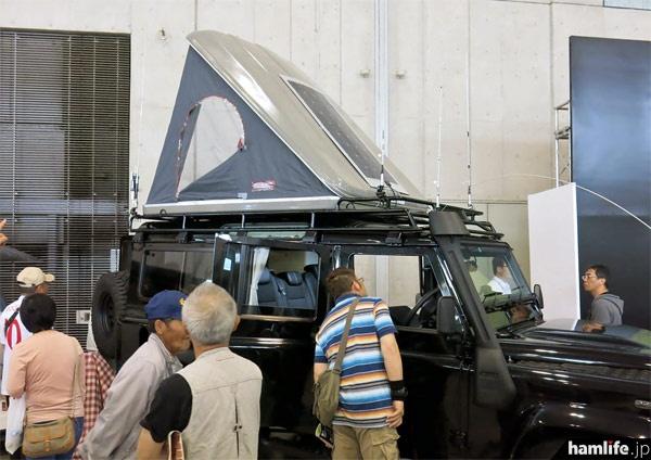 九州キャンピングカーショー2014で展示された無線デモカーは、「白」系の車両が目立つキャンピングショーの中で、際だった存在感を示していた