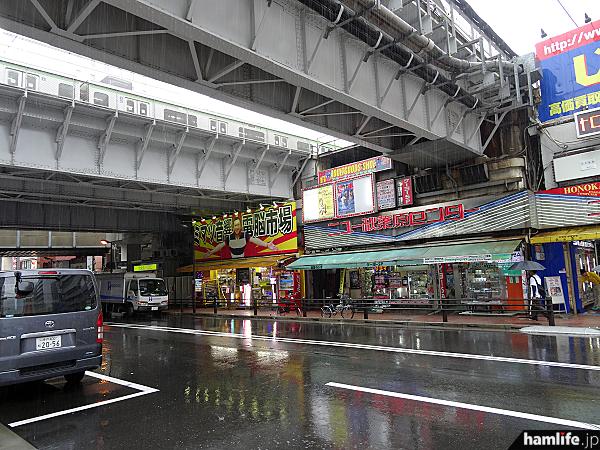 JR秋葉原の東京駅よりガード下にある「ニュー秋葉原センター」。この一角に「国際ラジオ」が30年以上営業を行っていた