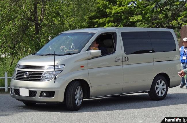 DEURAS-Mの外観。ベース車両は日産エルグランド。左フェンダーにポール状のアンテナがある以外、ごく普通のワゴン車に見える