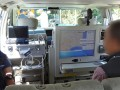 運転席のすぐ後ろに制御表示装置を搭載。助手席の後ろは計測機材などを置くラックになっている