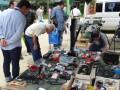 メイン会場の池田市民文化会館に隣接した豊島野公園で行われる、無線関係を中心としたフリーマーケット。好天の中でゆっくり見て回るのは楽しみのひとつだ