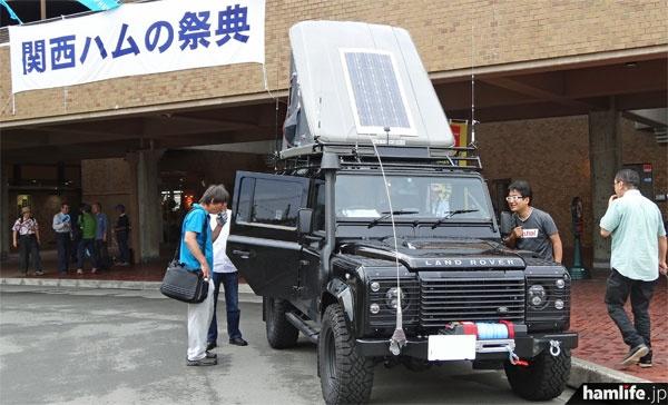 KANHAM2014の会場前で展示された、第一電波工業の「無線デモカー」(ランドローバー・ディフェンダー 黒)は注目の的。全部で4本の同社アンテナを装着している