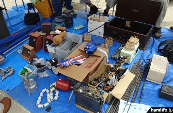 軍用無線機やアンティークなラジオ、アンテナなどを販売