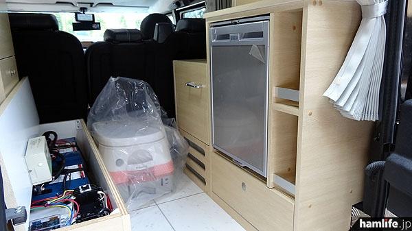 後部荷室にはサブバッテリー(100A×2基)、冷蔵庫、ポータブルトイレ、引き出し類を設置