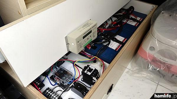 これが自慢の電源システム。移動運用の目的地に到着したら、エンジンを切り、サブバッテリーで快適な無線運用ができる