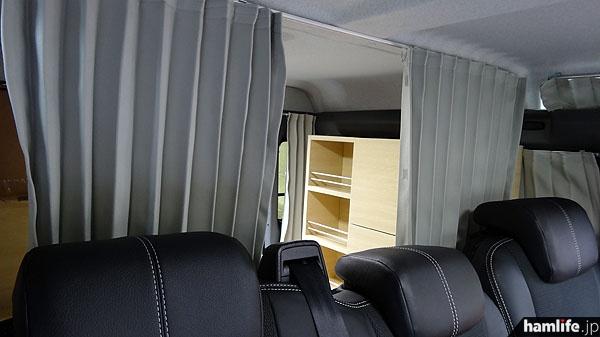 着替えやポータブルトイレ使用時を考慮し、後部荷室はカーテンで仕切れる