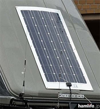 ポップアップ式テントの上部にはソーラー発電システムを装備