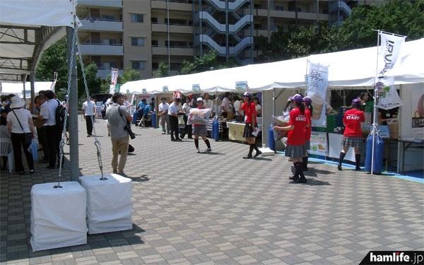 会場前には茨城県内の企業や大学などのブースの紹介を行うテントが並ぶ