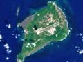 東京都小笠原村の「硫黄島(いおうとう)」。海上自衛隊と航空自衛隊の隊員が常駐しているという(ウィキペディアより)