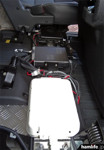 オートアンテナチューナーのAH-4、TM-D710G本体、ID-5100本体は後部座席のシート下に設置。ボディーアースもしっかり取っている