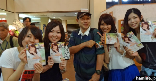 MasacoのCDを購入すると、ジャケットにコールサイン入りでサイン、握手、記念撮影の特典も。ちなみにMasacoの両脇にいる3人の女性は、「月刊FBニュース」でお馴染みの「3人娘(エリー、あーちゃん、サミー)」のみなさん