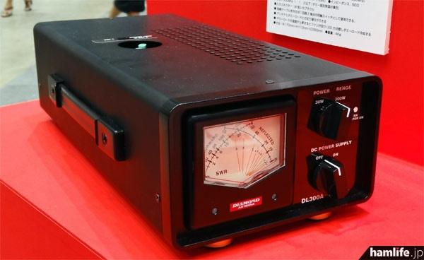 SWRメーターとしてはDC~50MHz、ダミーロードは500MHzまで使用でき定格入力は200W(ピーク500W)。ダミーロードの温度が上昇するとファンで冷却を開始。サイズ170W×110H×350Dmm、重量4kg