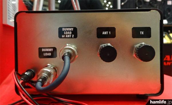終端電力&SWR計の背面。短絡ケーブルを外すと1回路2接点の同軸スイッチとして使用可能
