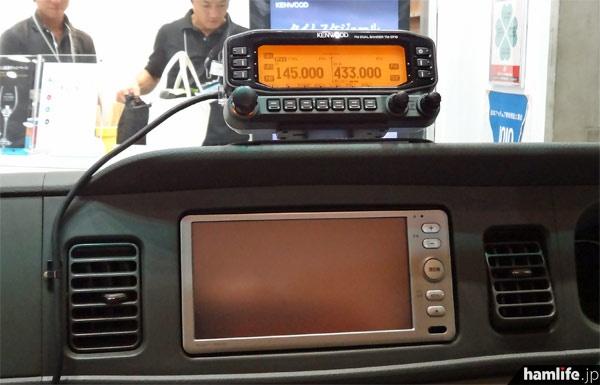 運転席のダッシュボード上にはTM-D710Gを装備