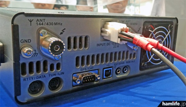FT-991の背面。アンテナ端子はHF/50、144/430の2つを装備、データ端子やUSB、GPS端子などもあり、クーリングファンも内蔵