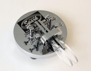 丸みを帯びた台座が特徴的な、CQ ham radioオリジナルのエレキー用パドル「Spark(スパーク」の製造元はGHDキー