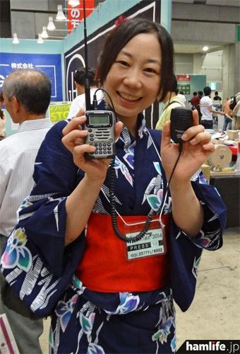舞台女優の小栗由加(JE1XZD、3アマ)。ラジオライフ誌で連載コーナーを持つ。同誌の取材で24日に会場を訪れ、430MHz帯で来場者多数と交信を行った