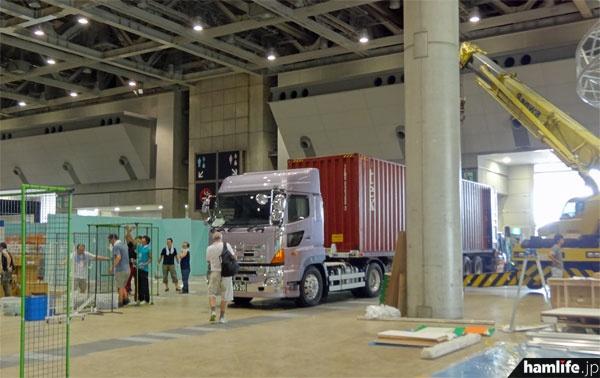 ビジネスコーナーの奥には大型コンテナとクレーン車が作業