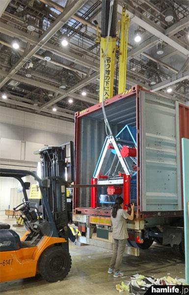 ルソーの大型ルーフタワーを展示するための搬入作業