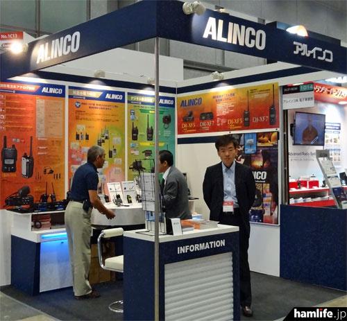 「危機管理産業展(RISCON)2014」のアルインコブース。消防デジタル無線受令機のほかに、特定小電力無線機、デジタル簡易無線機などを展示