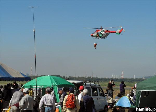 救助訓練を実演する岡山市消防航空隊のヘリコプター「ももたろう」(JA6793)