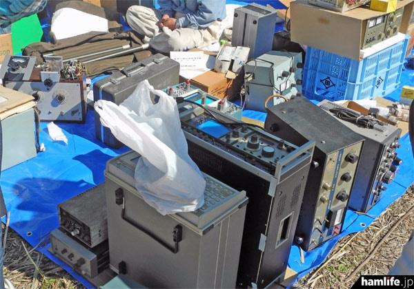 ラジオや測定器、リニアアンプなど、さまざまなジャンク品、中古品が登場した