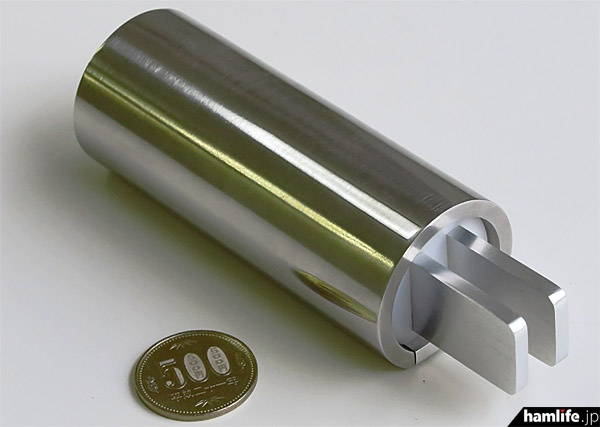 CW TOUCH PADDLES v2.0試作品。可動部が一切なく、洗練されたデザインだ。内部には500mAのリチウムバッテリーを搭載、底部には強力なネオジム磁石を2つ装備している