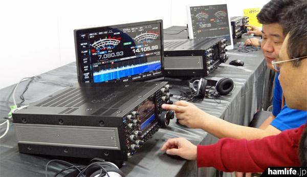 会場には昨日発表されたばかりのIC-7851の実機が3台、実際に受信できる状態でセットアップされ、スタッフの説明を聞きながら操作体験をすることができた