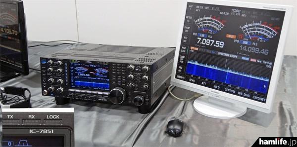 展示されたIC-7851。「IC-7850 アイコム50周年記念モデル」の金メッキやクリアブラックの加飾がなくなり、落ち着いた雰囲気となった。メインダイヤルは新設計。マウス操作が可能で、内蔵時計はインターネット経由で自動更正されるようになった