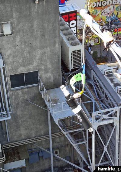 最良の状態で受信体験ができるよう、非常階段から7/21MHz帯のツエップアンテナを3本吊り下げ。3台のIC-7851に直接接続していた