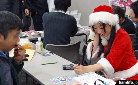 3アマ資格を持つ女優、おぐりゆか(JE1XZD)は、来場者とJJ1YQFのコールサインで交信し、その場でQSLカードを発行