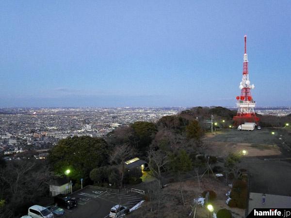 平塚市の湘南平は標高約170mでロケーション抜群。タワーは湘南地区のテレビ送信や、各種の無線中継に使用される。高さは約70m