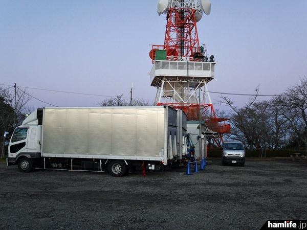 タワーの下に日本テレビの車両が集結