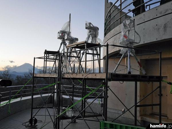 展望台の一部にも櫓を設置。三脚の上には中継用の無線機器が設置されるのだろうか