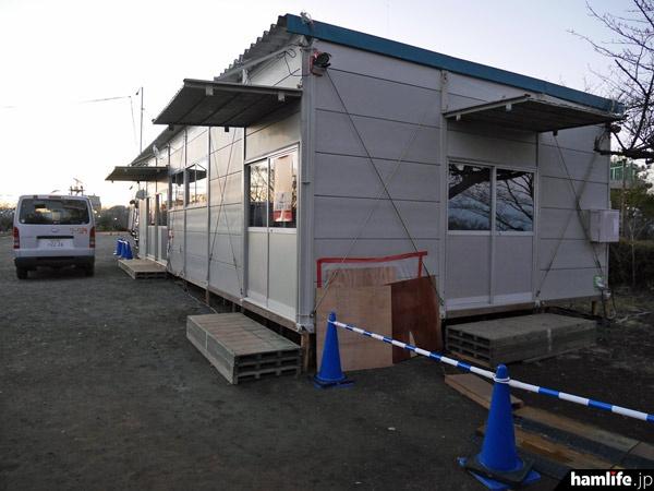 仮設のプレハブ小屋。この中で中継のコントロールを行っているのだろうか