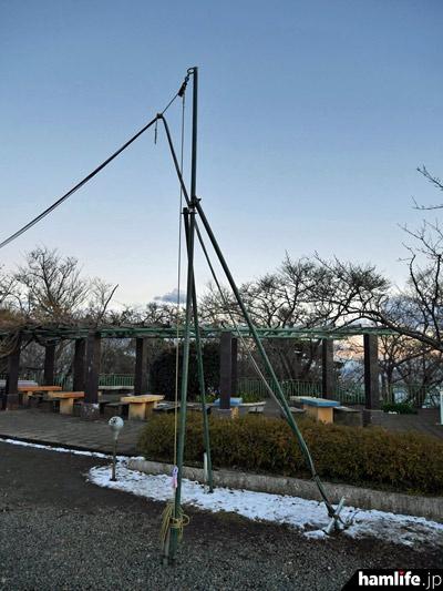 単管などを使い、ケーブル類が地面に接地しないように配線