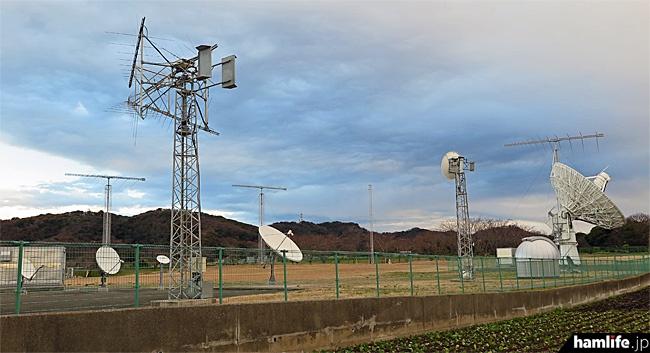 敷地内には短波帯以下の電波監視に使う大型アンテナと、多数のパラボラアンテナが混在