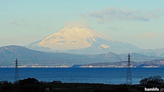 「三浦電波監視センター」は三浦半島の小高い丘の上にありロケーションは抜群。西には相模湾を挟んで富士山も美しく見える