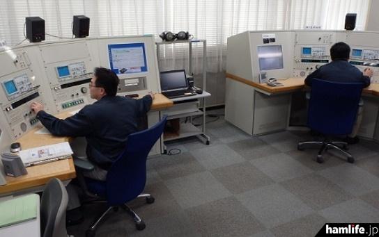 三浦電波監視センターの短波帯監視卓(関東総合通信局資料より)