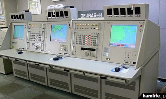 全国5カ所のセンサ局を三浦電波監視センターで遠隔制御し、100kHz~30MHzの電波発射源を探知する「DEURAS-H」(関東総合通信局資料より)