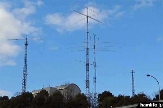 会場となった「アイコムならやま研究所」の遠景。中央のひときわ高いのが、研究所のシンボルである最大長51m(マストトップまで58m)の巨大クランクアップタワー