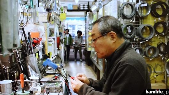 72歳の元電気技師・緑川大丸が経営する「緑川無線店」の店内。富士無線電機秋葉原店でロケ収録されたもののようだ(NHK BSプレミアム「ラギッド!」より)